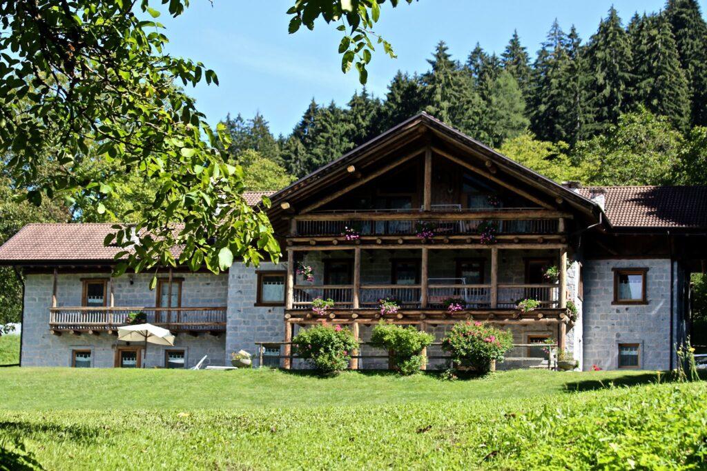 Il Maso, di recente costruzione, è realizzato interamente in pietra e legno, secondo le caratteristiche architettoniche tipiche della nostra zona.